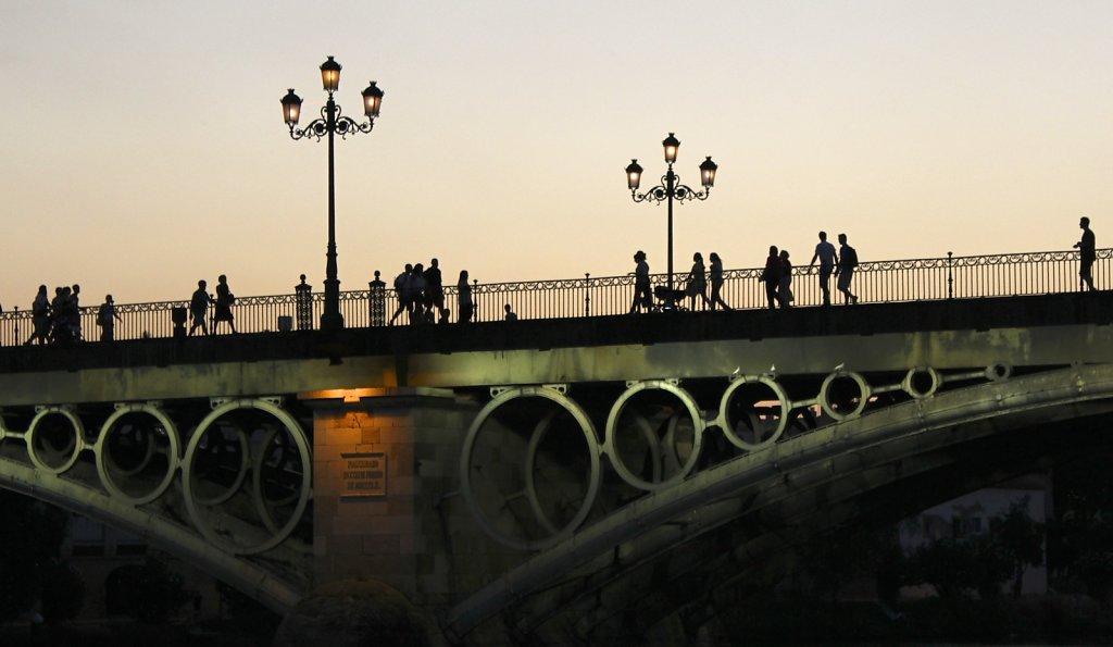 Siluetas en el Puente